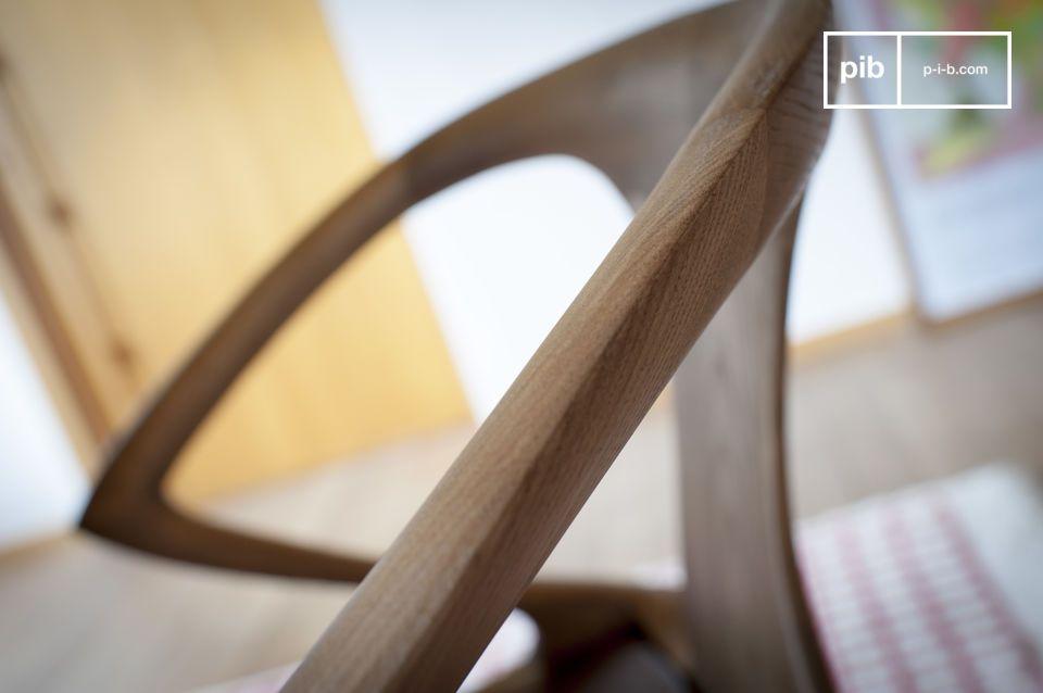 Esculpida en madera maciza de fresno, presenta un elegante acabado en nogal
