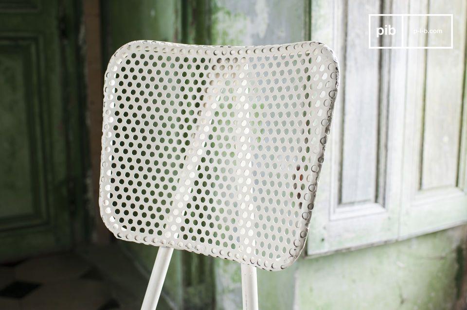 Opta por una silla firme y original con una placa gruesa perforada de toque retro industrial
