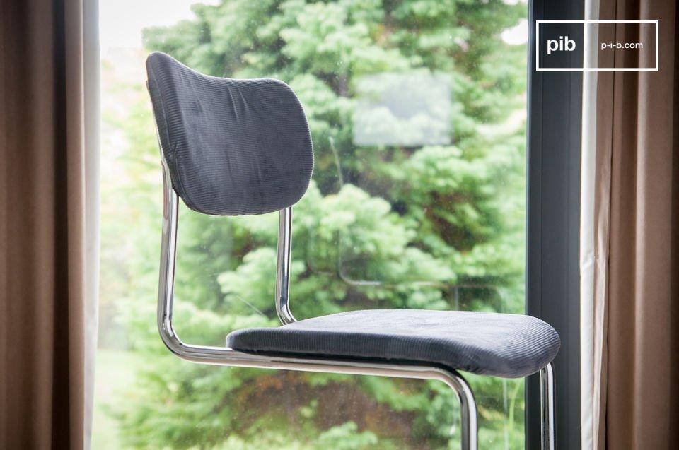 Aparte de la línea escandinava estética que da la curva del asiento y el respaldo