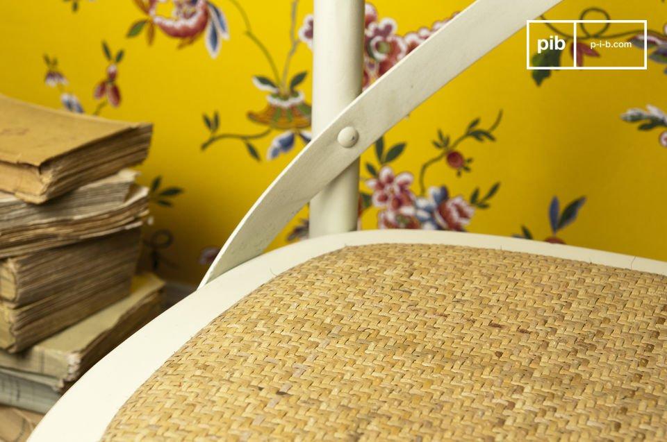 Elija esta silla de madera recuperada para un toque de encanto retro en su mesa