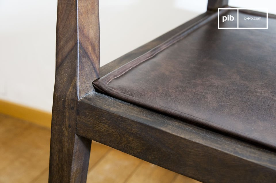 Va a apreciar los bordes trabajados de los apoyabrazos y los pies de esta silla
