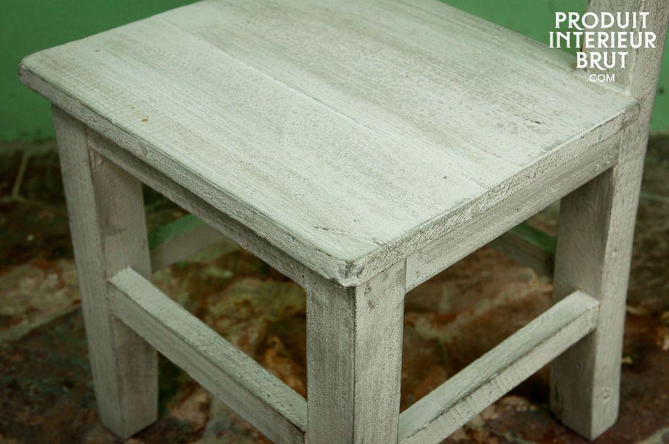Esta silla de madera es ligera y fácil para un niño moverse