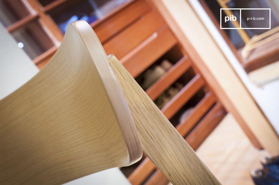El asiento consiste de un cojín fino de lona gruesa acolchada con espuma densa