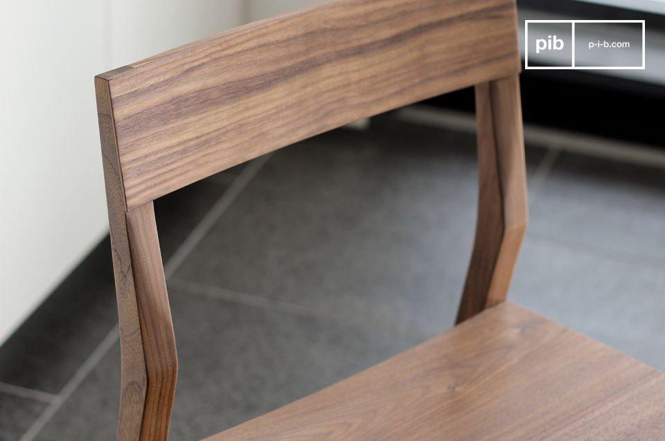 Fabricada totalmente en madera maciza de nogal