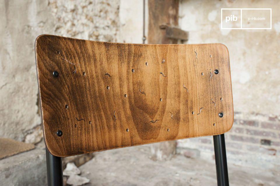 El asiento y el respaldo son fabricados totalmente en madera patinada a mano