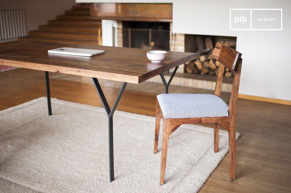 El respaldo de esta silla de diseño está biselado en sus extremos