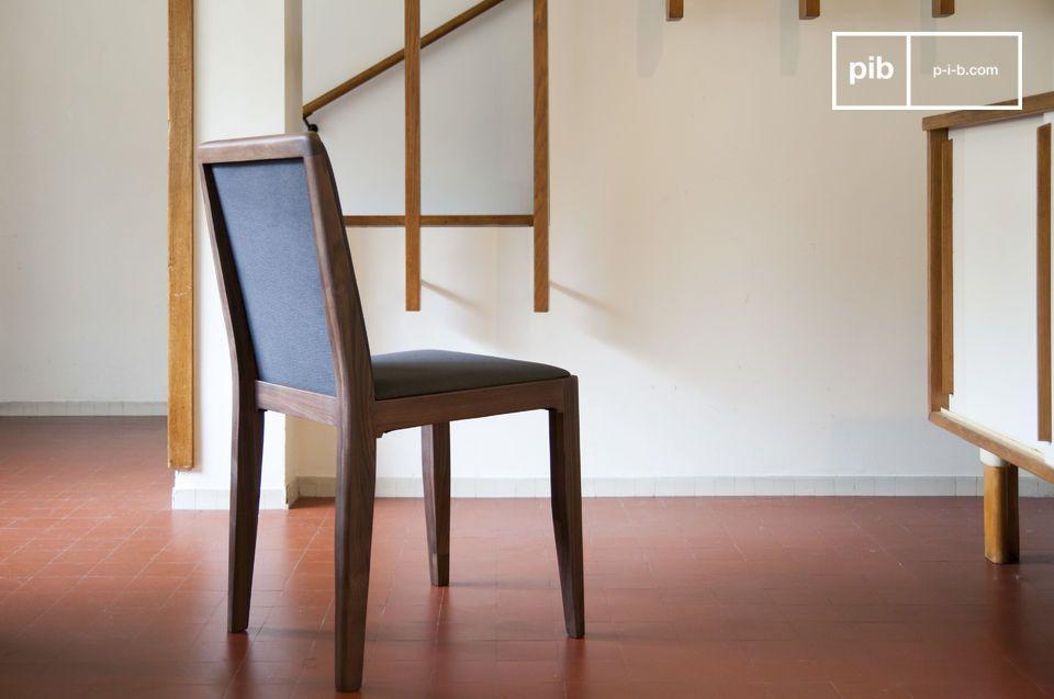 Una silla cuya sobriedad permite su integración por una mesa de madera oscura