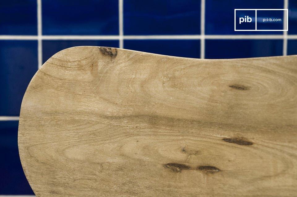 Hecha enteramente de madera maciza, la silla Jotun es extremadamente estable y resistente