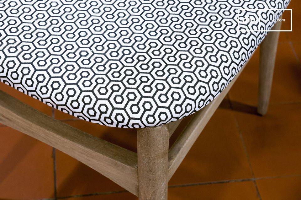 Esta silla se caracteriza por acabados brillantes de color beige que le dan un aspecto envejecido