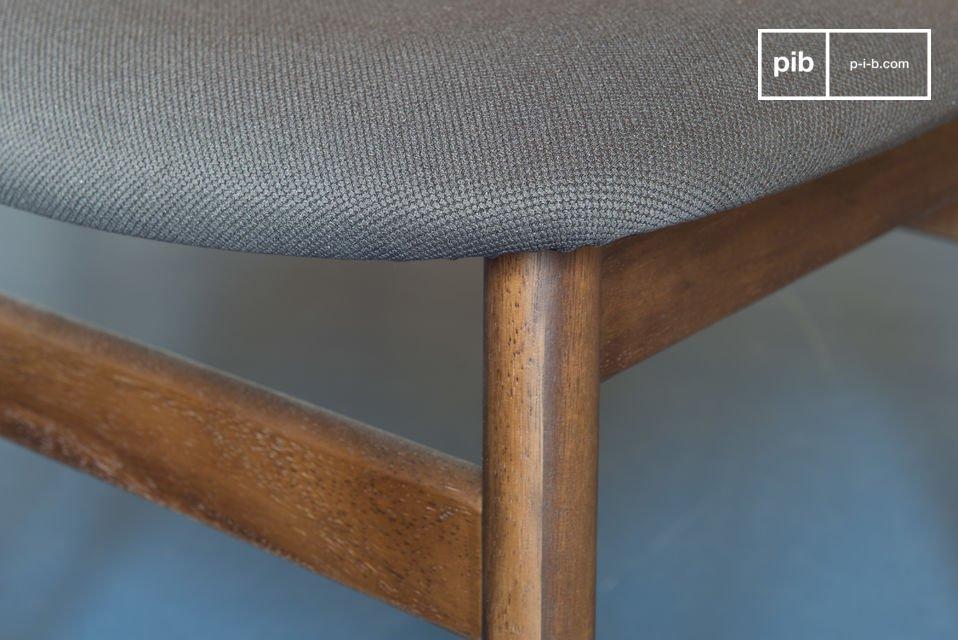 Hecha enteramente de madera maciza de nogal, la silla Larsson es extremadamente sólida