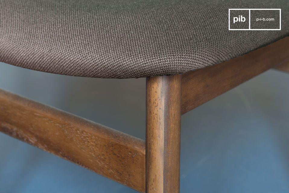 Esta silla toma sus líneas de las sillas modernas del diseño nórdico del siglo XX y es