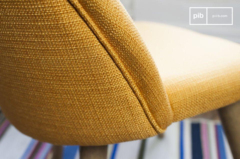 La silla Lear mostaza es una hermosa que es una pieza típica de los muebles vintage