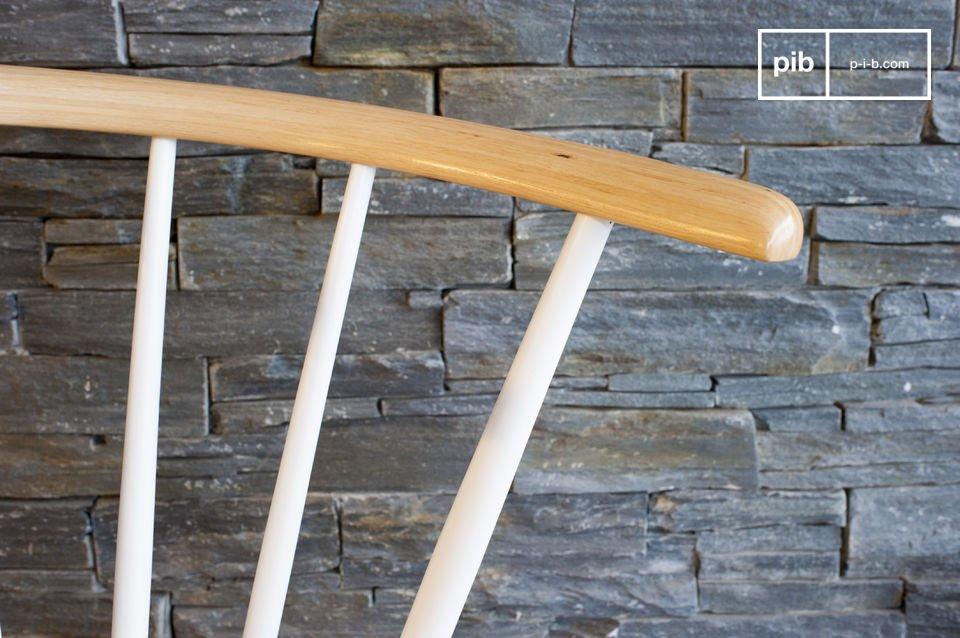 La silla Lidingö es un hermoso mueble de madera que ha sido fabricado con todo el estilo