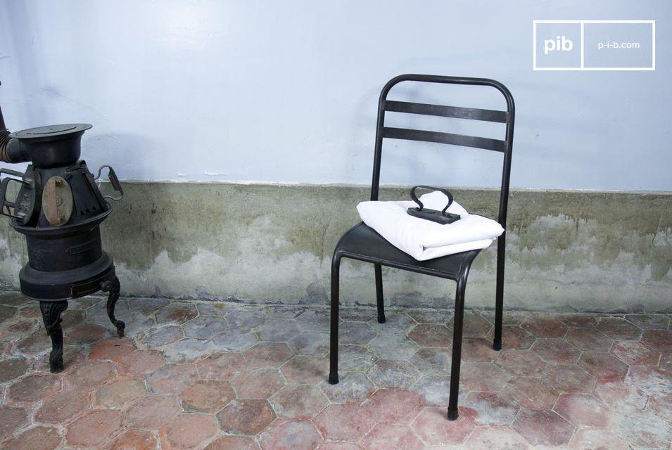 Esta sólida silla añadirá un toque industrial a su mesa
