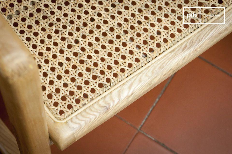 Con su estructura de madera maciza y caña de ratán natural