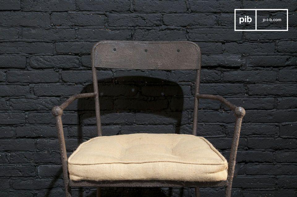 Una silla de metal resistente con un acabado de color marrón con textura elegante y gran comodidad