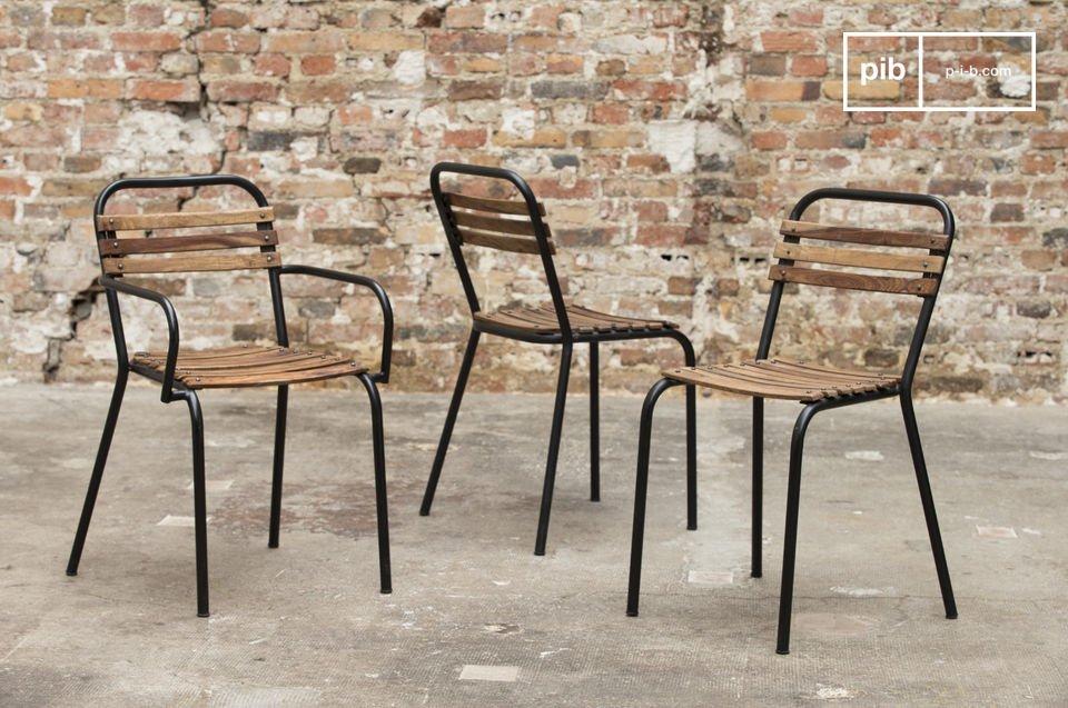 Una robusta silla bistro que combina acero y madera en bruto para un gran resultado estético