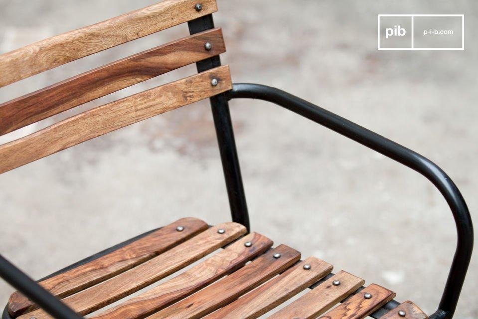 Una robusta silla que combina acero y madera en bruto para un gran resultado estético ofreciendo un