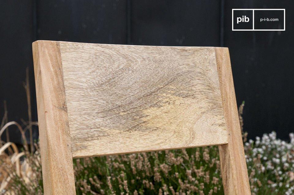 Completamente hecha de madera ligera, esta silla difunde el espíritu escandinavo