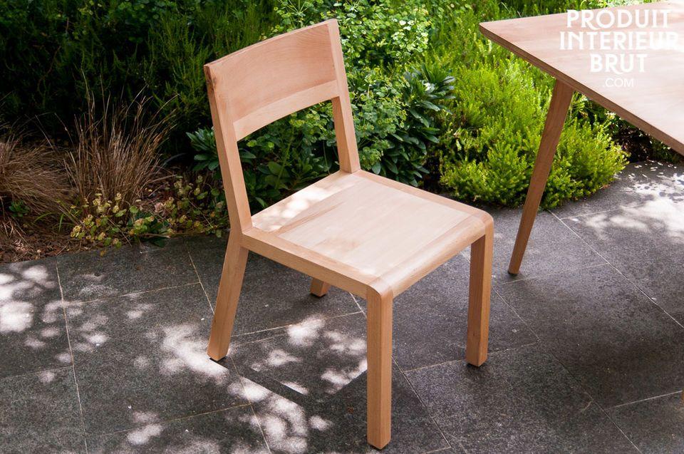 Totalmente de madera maciza de haya, la silla Moka combina simplicidad, robustez y confort