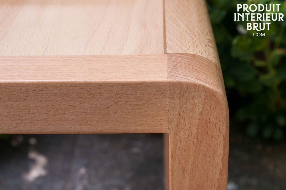 El amplio asiento y espaldar curvo de esta silla hace que sea muy cómoda