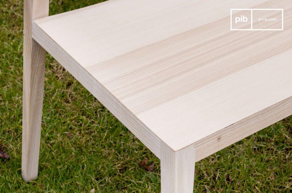 La silla de fresno Nöten extralight sólida evoca a los muebles vintage escandinavos con un estilo