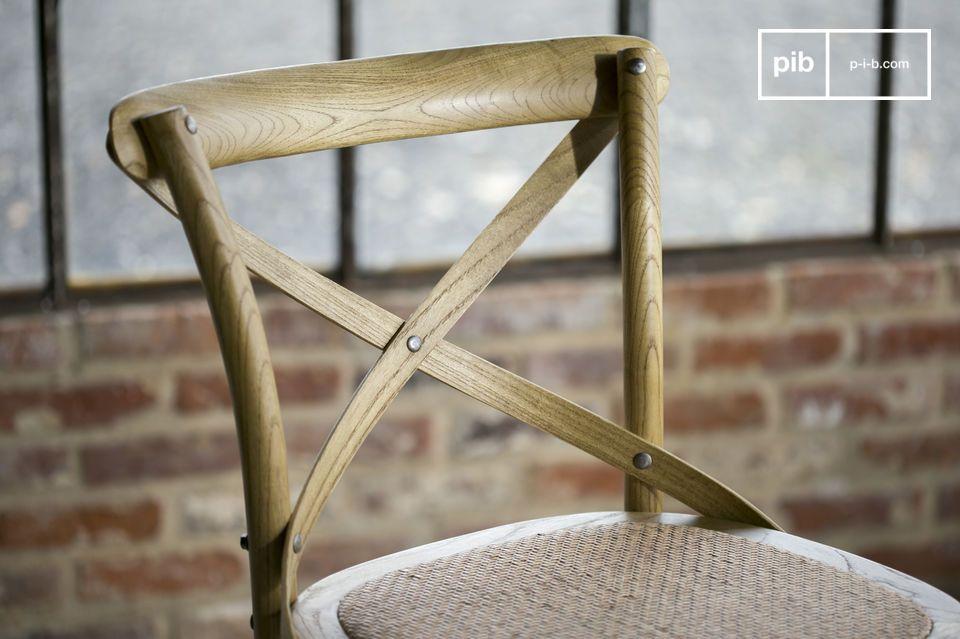 Estas silla bistro estan barnizadas a mano