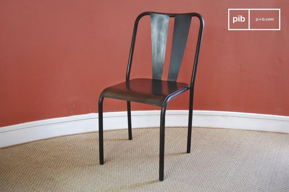 Esta silla de metal barnizado a mano tiene un efecto ligeramente recuperado