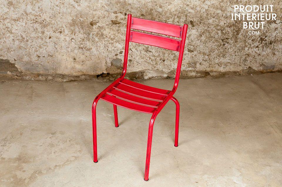 Esta silla sólida tiene un acabado de color rojo muy bonito con remaches lo que añadirá un toque