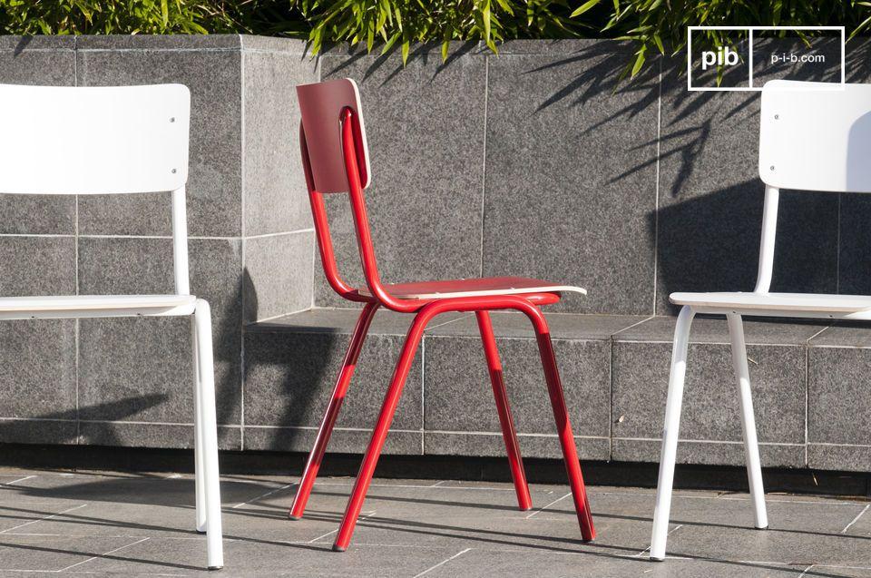 Una silla colorida con todo el estilo retro