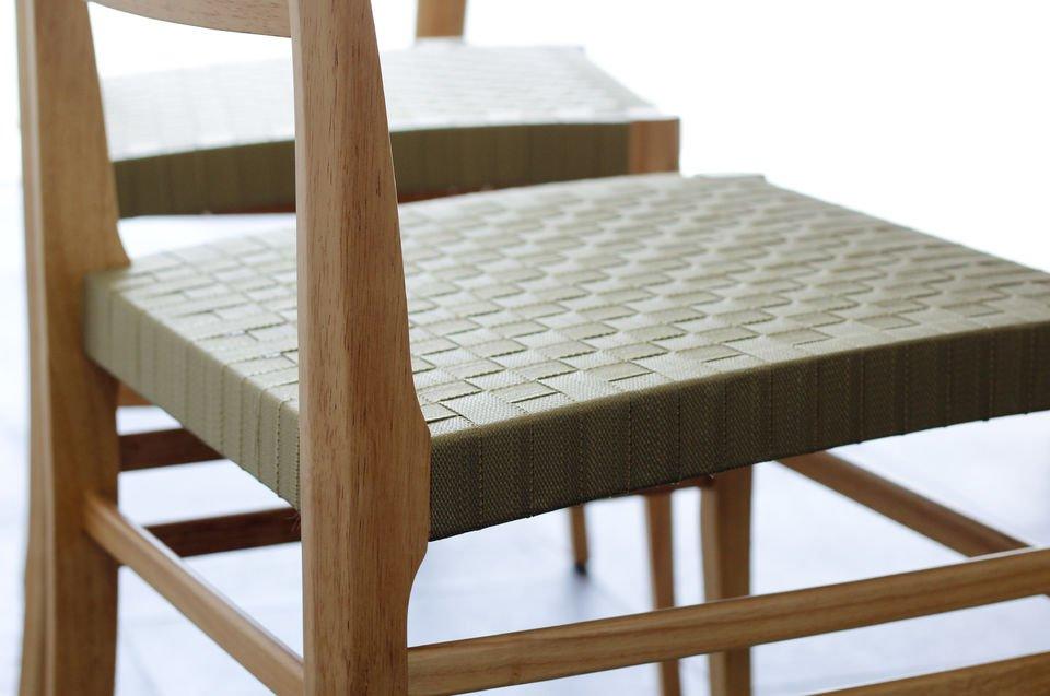 Madera clara y asiento tejido para un verdadero toque nórdico