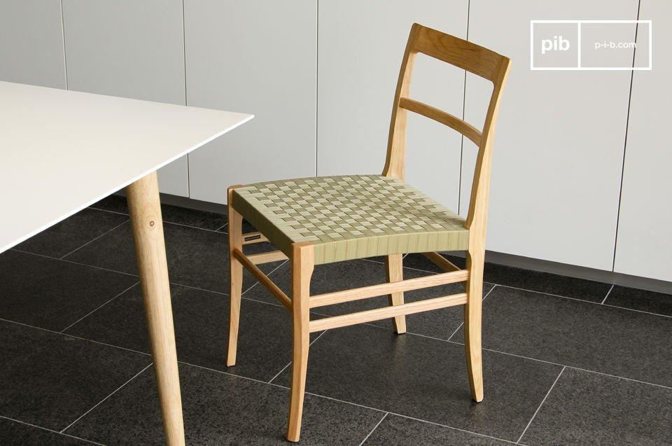 Esta silla sólida de madera combina robustez con belleza
