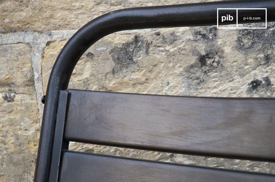 Una original y cómoda silla de metal gracias a sus diez anchos listones curvos
