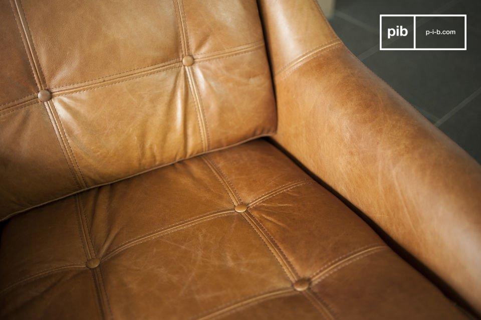 El resto del sillón está hecho completamente de cuero y tiene un hermoso color coñac