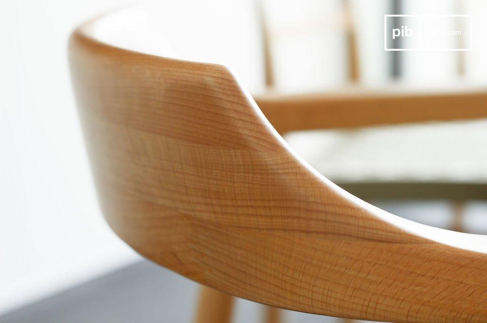 Este hermoso sillón con marco de madera de haya maciza y refinados acabados