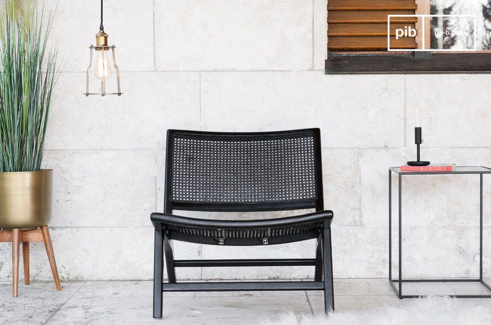 Un sillón de caña, con un aspecto sobrio y distinguido