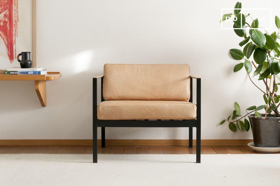 Este elegante sillón de cuero está inspirado en los clásicos escandinavos de mediados del siglo