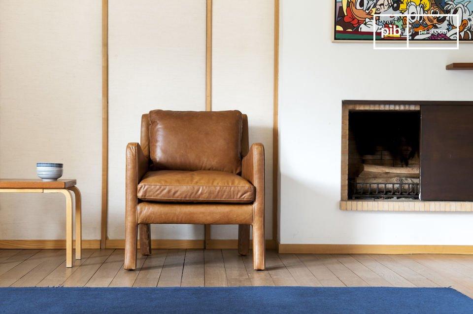 El acabado de este sillón es extraordinario, hecho de cuero de grano lleno y costuras precisas