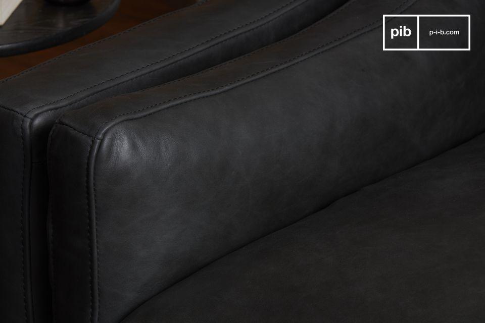 Un magnífico sillón de cuero negro de grano entero de gran tamaño