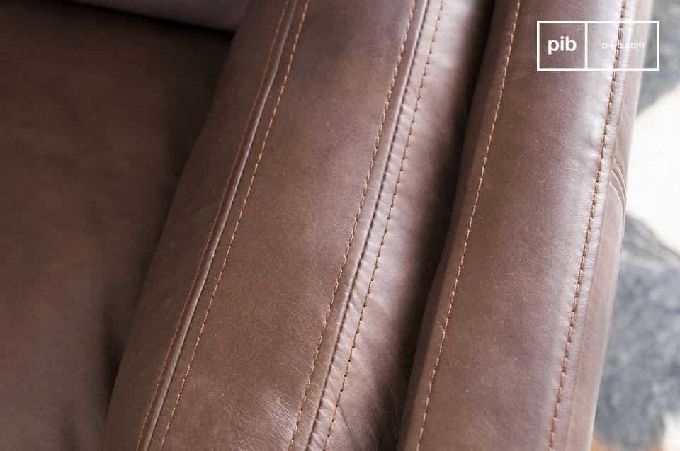 Este sillón de cuero fue bronceado a mano y se puede utilizar en una gran sala o incluso en una