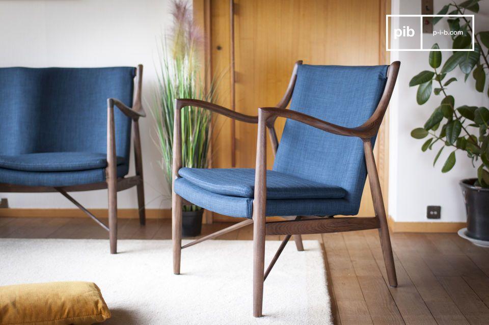 La discreta elegancia de un sillón azul y de madera con inspiración retro