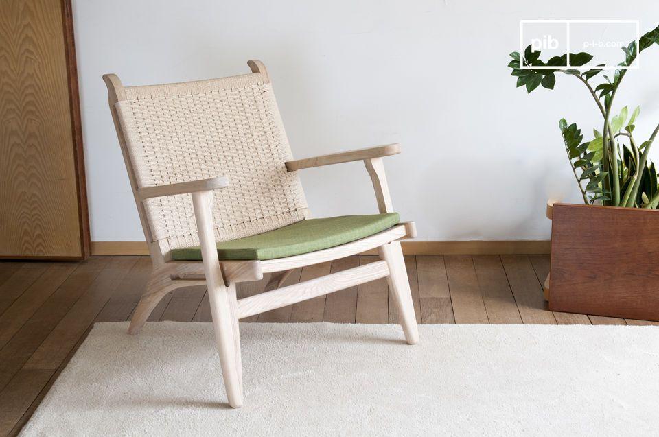 Un sillón natural que combina madera rubia, ratán tejido y verde oliva