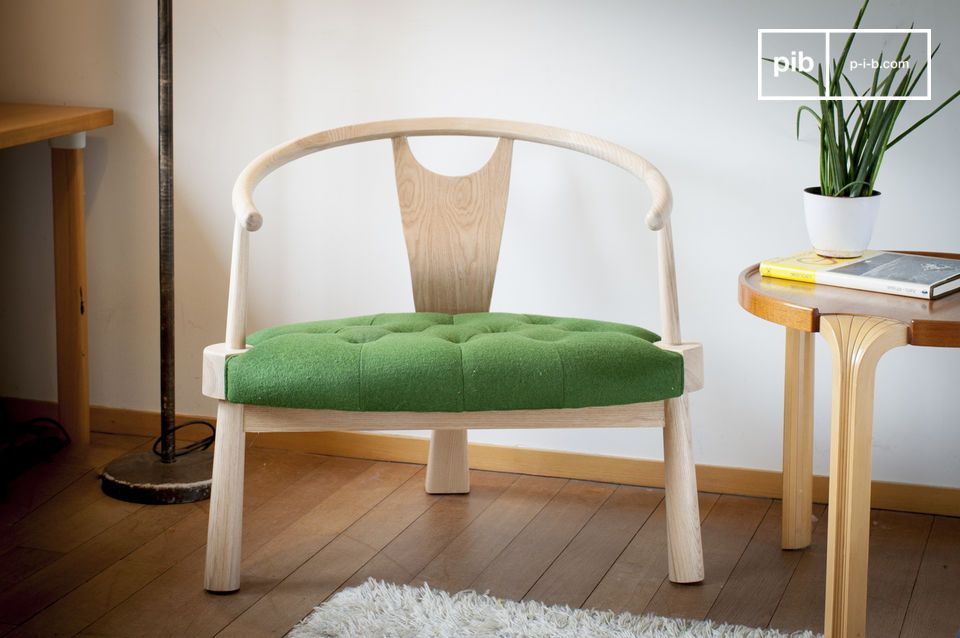 Una acogedora silla de tres patas llena de estilo