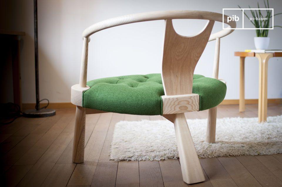 Un elegante ribete alrededor de la estructura de madera muestra la atención al detalle