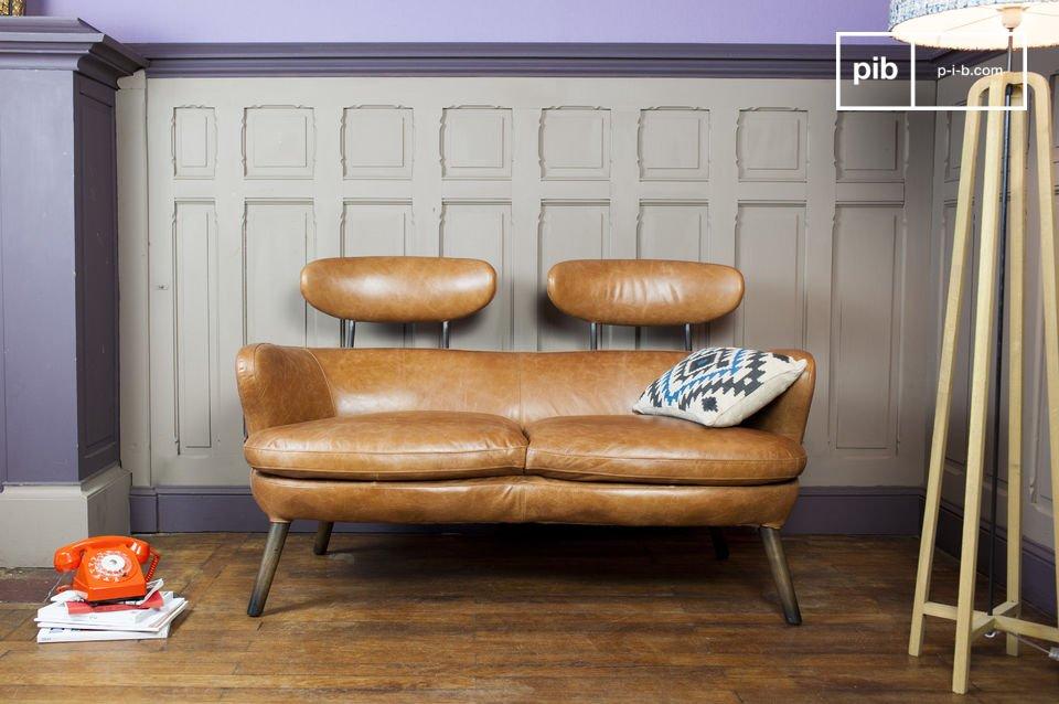 Un pequeño sofá con diseño vintage