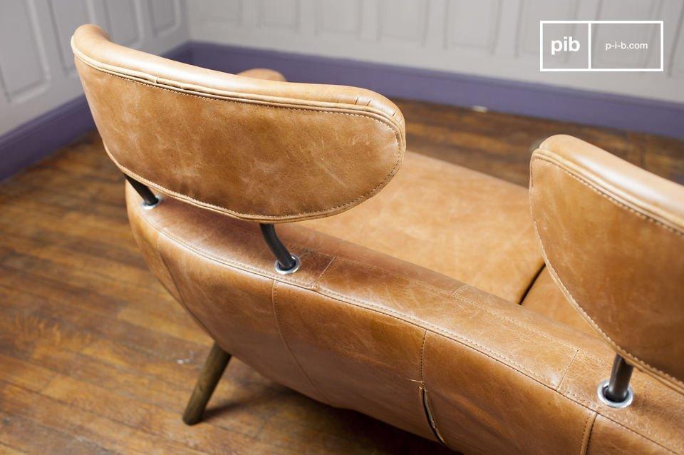 Su cuero pulido de color coñac irradia un estilo elegante que participa a crear un ambiente retro