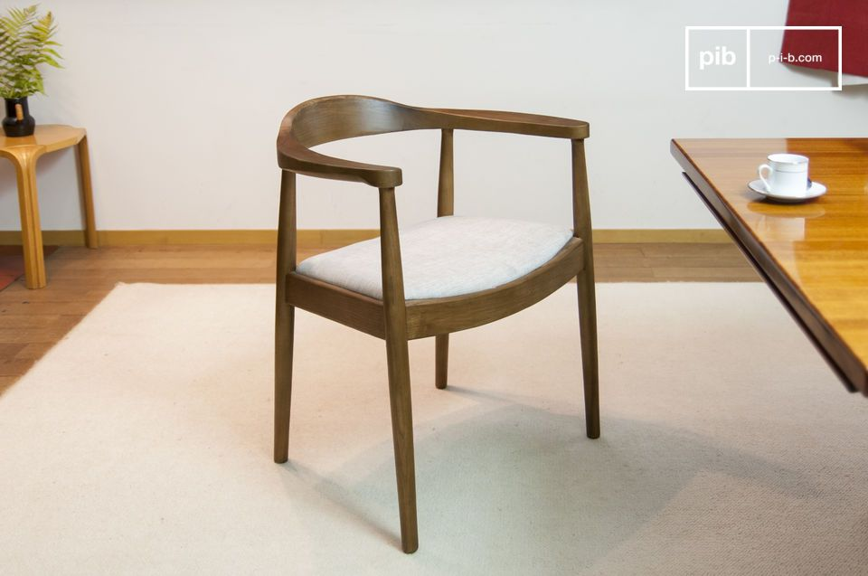 Este típico sillón estilo escandinavo juega con el contraste entre la madera oscura y su asiento