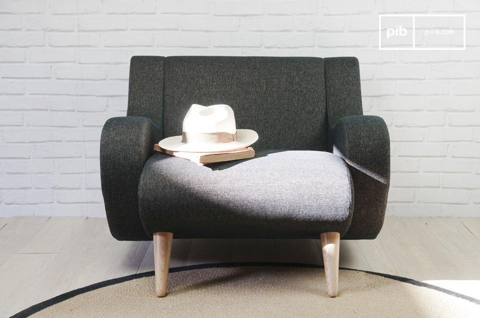 Este hermoso sillón tiene una estable base de madera maciza de fresno
