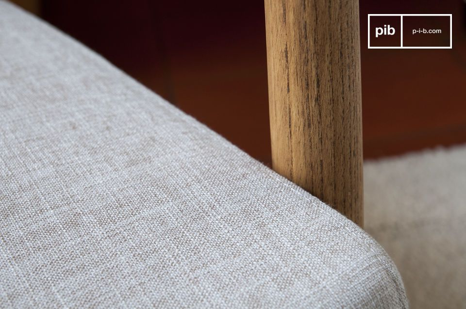 Este sillón tiene un diseño simétrico gracias a sus líneas limpias y rectas