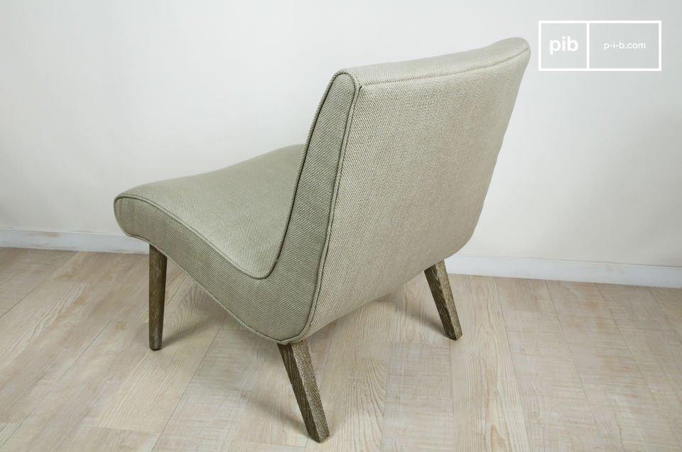 Tiene un amplio, cómodo y robusto asiento de lona beige